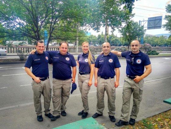 ამ ბიჭებს არაფერი ეშლებათ,  კოლეგა პოლიციელი ქალბატონი შუაში ჩაიყენეს