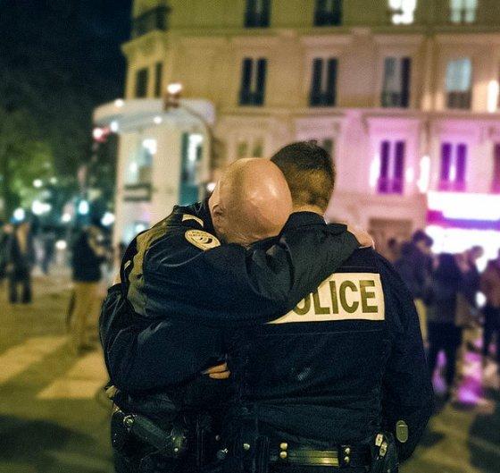 პარიზის ტერაქტის შემდეგ, სულიერად დაცემული პოლიციელი