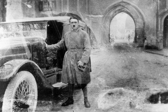 """ციხიდან ახლად გამოსული ჰიტლერი, რომელიც """"პივის ბუნტის"""" გამო იჯდა(1924 წლის 20 დეკემბერი)"""
