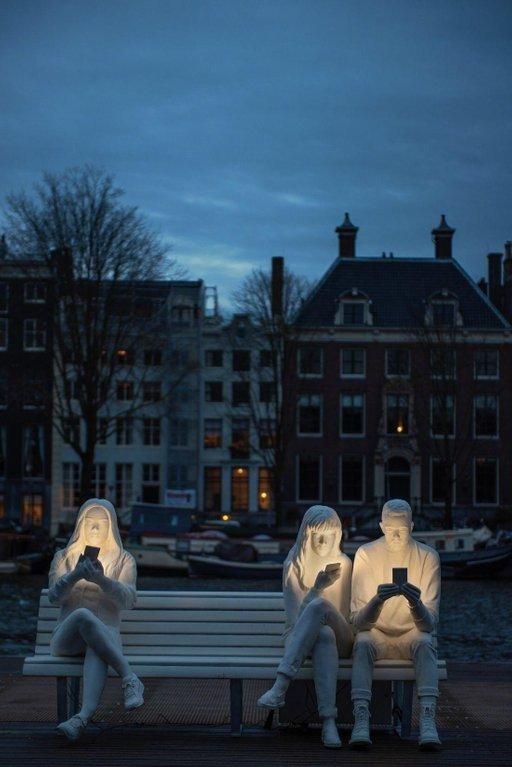 """""""სინათლეში ჩაძირულები""""-ძეგლი ამსტერდამში,რომელიც თანამედროვე ცხოვრებას ასახავს"""