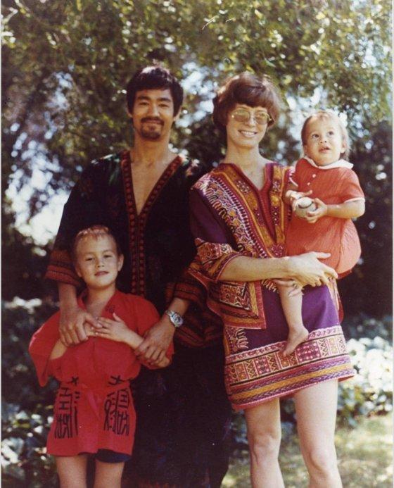 ბრუსლი ოჯახთან ერთად 1960 წელი