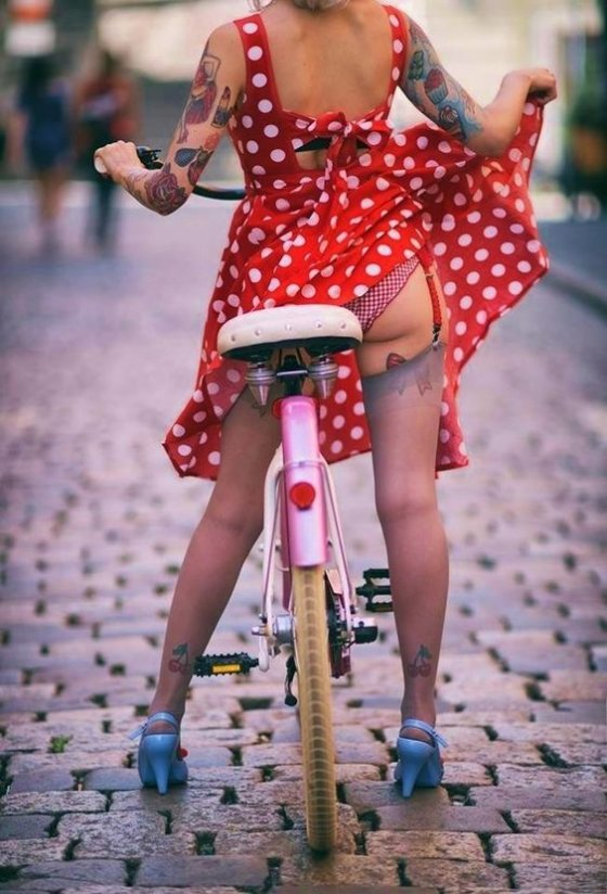 ქალი და ველოსიპედი