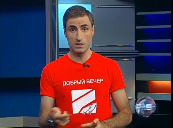 კურიერ PS-ის წამყვანს, რუსულ წარწერიანი მაისურით მიჰყავს ეთერი