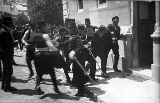 1 ტყვია, რომელმაც 18 მილიონი ადამიანის სიცოცხლე შეიწირა. ფოტოზე პოლიციის მიერ დაკავებული გავრილო პრი