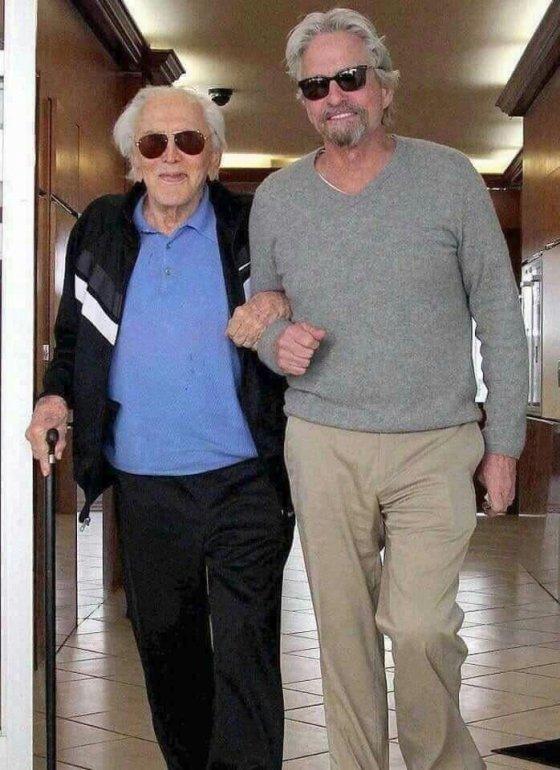 102 წლის  კერკ დუგლასი და 74  წლის მაიკლ დუგლასი