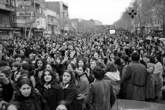 ქალები აპროტესტებენ მათთვის ჰიჯაბის ტარების სავალდებულოდ შემოღებას. თეირანი, ირანი, 1979 წელი.
