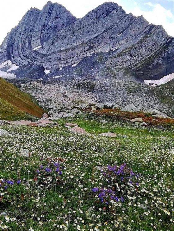 ბუნების საოცრება, რომელიც საქართველოში კერძოდ კი რაჭაში მდებარეობს. კატაწვერას მთა