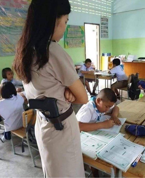 აი მესმის მასწავლებელი ქალი, რაჟა სარჩიმელიასავით არ გაუჩრია ქამარში იარაღი?