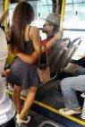 გენდერული თანასწორობაა ძმაო, კაცი ზის ქალი კი ფეხზე დგას არაფერია გასაკვირი. შავი იუმორი