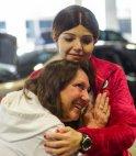 ქალი უსმენს გოგონას გულის ძგერას, რომელიც მისი ვაჟისგან გადაუნერგეს