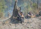 სტიქიასთან ბრძოლაში დაღლილი მაშველები-ფოტო  ხანძრის კერიდან