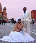 ფერადკანიანი წყვილი სურათს იღებს წითელ მოედანზე,  პატარძლის სახე გაგაოცებთ