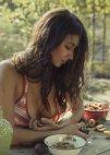 უკრაინელი გოგონა ხილს მიირთმევს -ფოტო: დავით დუბნიცკის