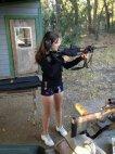 კარგი გოგოა და კარგ იარაღებსაც ტესტავს
