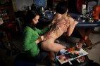 ტიტველ სხეულზე ისე აკეთებს ტატუს ეს გოგო გეგონება ტილოზე ხატავდეს