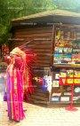 აპაჩის ფორმაში გამოწყობილი ქალბატონი ყვავილების ფესტივალზე