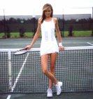 ახალგაზრდა გოგო ასეთი უნდა იყოს, გრძელი ფეხებით და კოხტა სხეულის ფორმებით