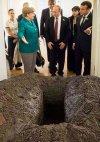 აჰაჰ, ზესახალისო ფოტო ანუ როგორ უთითებენ პუტინს მერკელი და საფრანგეთის პრეზიდენტი საფლავისკენ