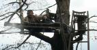 53 წლის გურული ხეზე ცხოვრობს, მშვილდ-ისრით ნადირობს და საცოლეს ეძებს