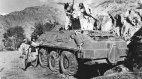 საბჭოთა სამხედროების მიტოვებულ ჯავშანტრანსპორტიორს მოჯაჰედები ათვალიერებენ