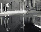 ვერაა ეს კარგად, გოგო წყალში დგას და ანარეკლში საკუთარ ფეხებს თუ საცვალს ათვალიერებს