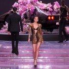 """ირინა შეიკი"""" Versace"""" ჩვენებაზე მილანში"""