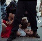 ეს ღორები არც კაცს ინდობენ და არც ქალებს, რუსული პოლიციის სპეცრაზმი მიტინგს არბევს