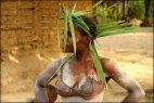 აფრიკელ ქალს მისი ტომის ტრადიციების შესაბამისად ტალახის ისეთი ფენა ადევს რწყილიც ვერ უკბენს