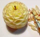 ვერ ვხვდები, მაინც როგორ მოახერხეს ვაშლის ასე ამოჭრა?