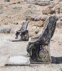 2000 წლის მარმარილოს ტახტები ოროფოსის ამფიარეონის ძველ თეატრში, საბერძნეთი
