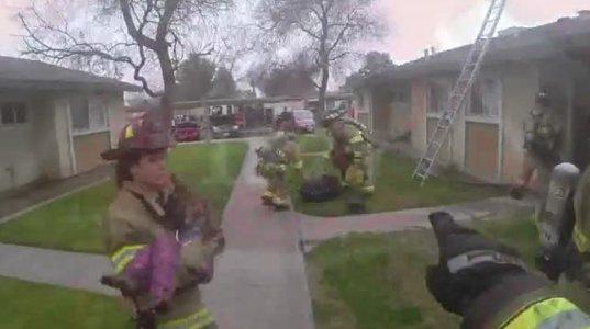 მამაცმა მეხანძრეებმა  ბავშვები  ცეცხლმოდებული  სახლიდან გამოიყვანეს