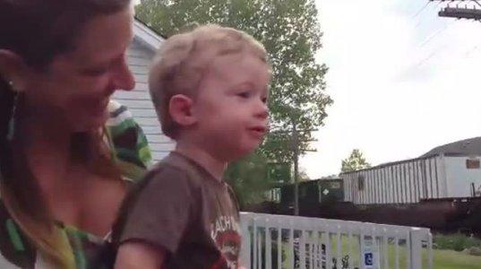 """პატარა ბიჭუნას """"გიგანტური"""" მატარებლიდან მამა მიესალმა - მისი რეაქცია საოცარია"""