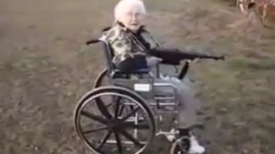 მოხუცი ქალი იარაღს ისვრის