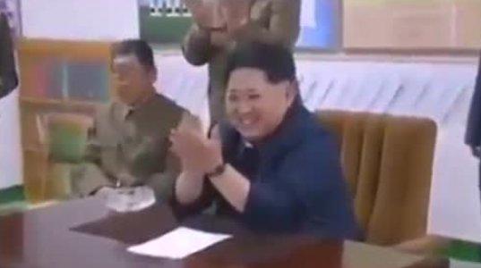 ჩრდილო კორეელი ახალგაზრდები ხვდებიან ბელადს