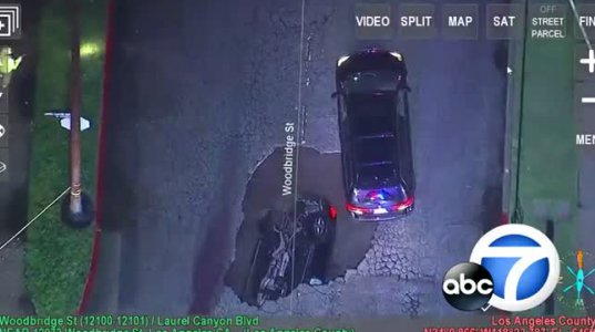 გზაზე გაჩენილ ღრმულში ორი ავტომობილი ჩავარდა..ნახეთ ვიდეო კადრები