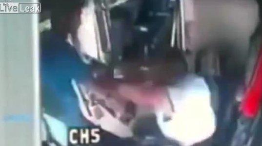ბიჭმა ავტობუსის მძღოლს დარტყმა დაუწყო და შემდეგ რაც მოხდა თავად ნახეთ
