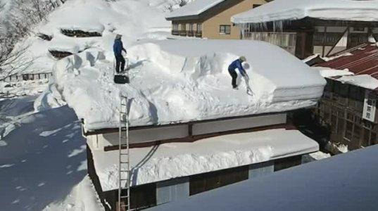 სახურავის გაწმენდა თოვლისგან