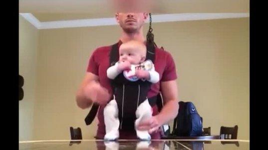 მამა ჩვილთან ერთად სახლში მარტო დარჩა დანარჩენი თქვენ იხილეთ
