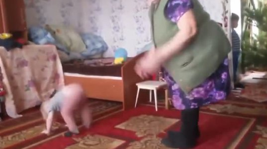ბებიისა და შვილიშვილის სახალისო გართობა
