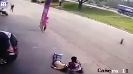 დაუჯერებელი შემთხვევა: ქუჩაში მიმავალ კაცს თავში მანქანიდან გამძვრალი საბურავი მ