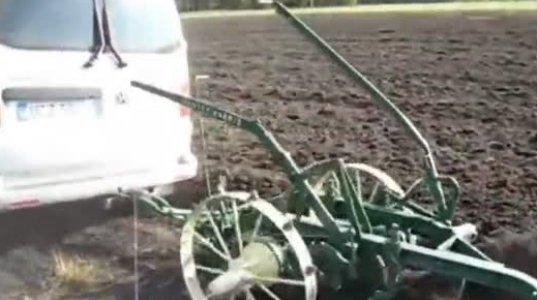 ფერმერი ტრაქტორის ნაცვლად საკუთარ მიკროავტობუსს იყენებს სახნავად