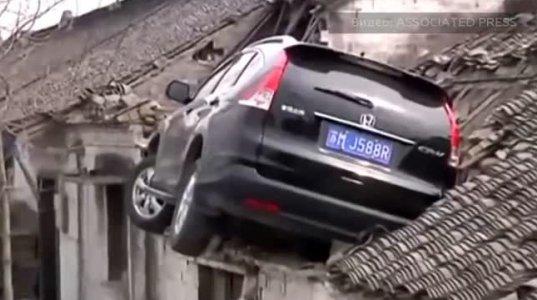 ავტომობილი მოცურდა და სახლზე შეფრინდა(ჩინეთი)