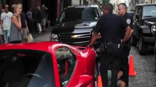 ნახეთ როგორ მოექცა პოლიციელი  მილიონერს, რომელიც მანქანიდან არ ჩამოდიოდა