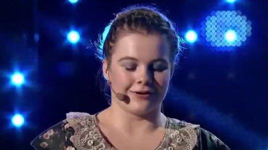 ამ ვიდეომ ყველა აატირა! გოგონა ხელების გარეშე პიანინოზე უკრავს