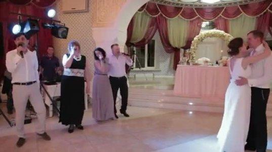 მშობლების მიერ მიძღვნილი სიმღერა სიძე-პატარძალს