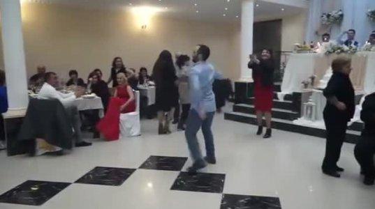 ქალის ენერგიული ცეკვა ქორწილში, რომელსაც უამრავი გაზიარება აქვს