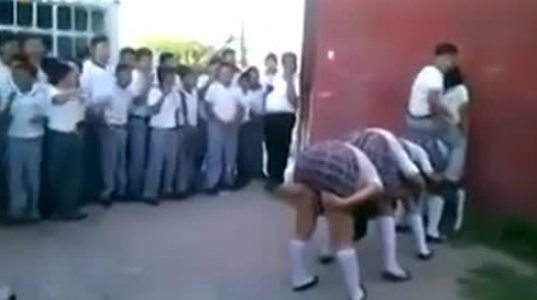 სკოლის მოსწავლეების უცნაური გართობა
