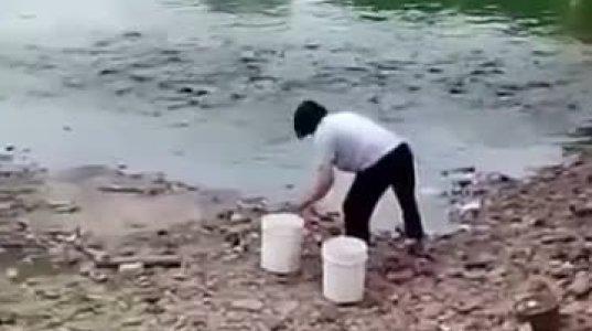 მან წყალში რაღაც ჩაყარა..შემდეგ რაც მოხდა ნამდვილი შოკია!!