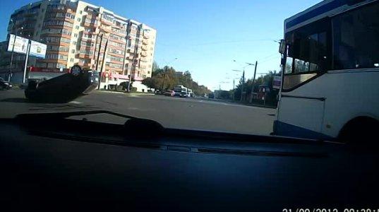 ავტომობილი ჩამოვარდნილ ელექტრო სადენებს გამოედო (შემთხვევა რუსეთში)