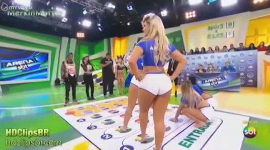 ბრაზილიელი მოდელების სექსუალური თამაში გასართობ შოუში